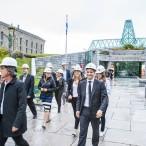 Dr Marc Guérin, l'architecte Pierre Thibault et les jeunes philanthropes du Cercle 179 se rendant au pavillon Pierre Lassonde